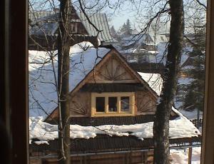 Widok na apartament z zewnatrz budynku góralskiego