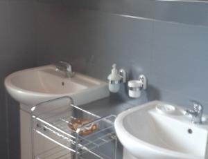 łazienka w pokoju dla turystów