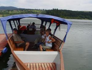 Rekreacja wodna gondola na Jeziorze Czorsztyńskim