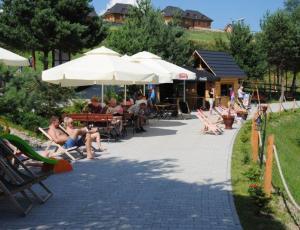 Alejka pod zamkiem w Czorsztynie nad jeziorem