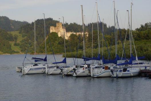 Rekreacja wodna żaglówki na Jeziorze Czorsztyńskim