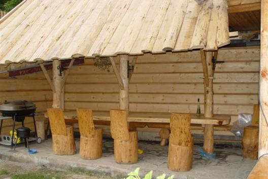 Szałas obok góralskiego domku w Pieninach
